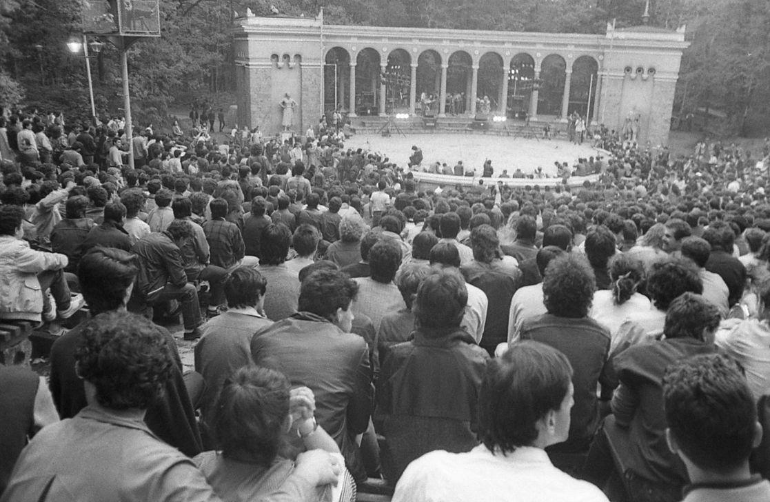 006. Публиката е в очакване. 1987 г Концерт, Борисовата градина на летния кинотеатър с прословутото сваляне на група Кале от сцената. Снимка