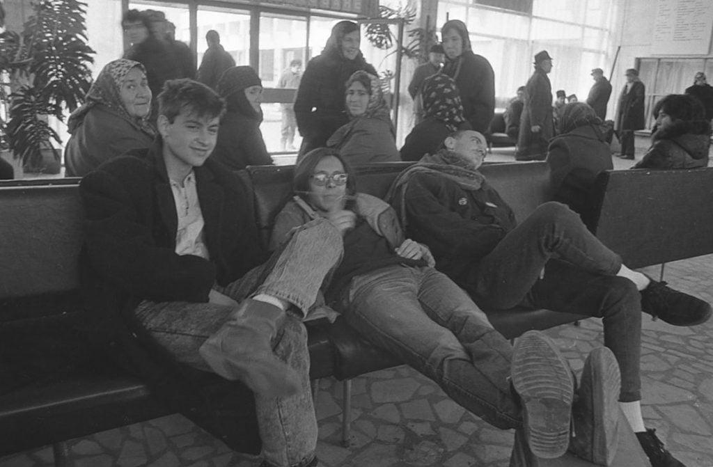 008. Контрастите са всекидневие. 1988 г. Силистра, по време на турнето на група Нова Генерация. Снимка Нели Недева-Воева