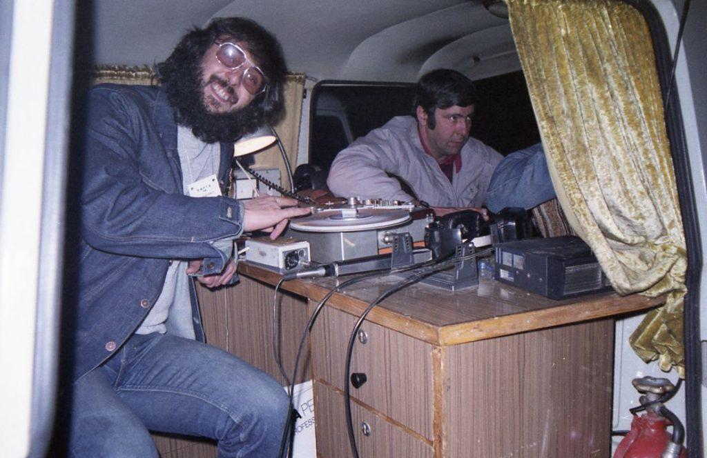 010. Зад кулисите, музикалният журналист Емил Братанов - вляво, Директно предаване от Подвижната Кола на БНР