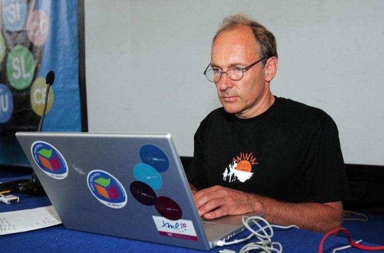 Сър Тим Бърнърс Лий работи на лаптоп