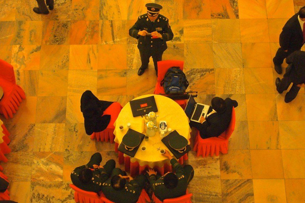 Военни делегати си правят смартфон снимка за спомен преди началото на 18-тия конгрес на Китайската комунистическа партия в Пекин през 2012. Фото: Ремко Танис @ Flick