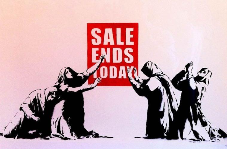 """Монахини се молят пред надпис """"Разпродажбата свършва днес"""" - графити произведение, приписвано на артиста Банкси"""