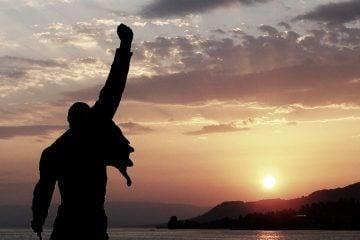Залед над статуята на Фреди Меркюри в Монтро, Швейцария.