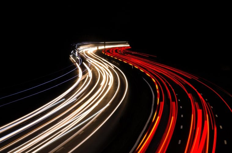 Поток от светлини на автомобили, заснет нощем с дълга експозиция на магистрала