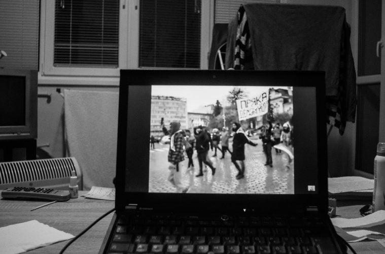 Гледане на клип от протест в YouTube