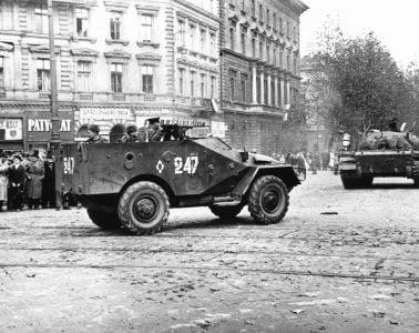 Военна техника преминава по улиците на Будапеща през 1956 година. Фото: Wikimedia Commons