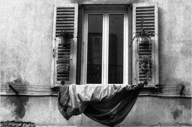 Прозорец с пране под него