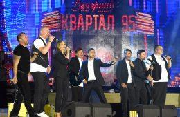 """Шоу на компанията на Зеленски """"Квартал 95"""". Новият президент на Украйна е в средата под надписа, без китара. Снимка: Вадим Чуприна/ Wikimedia Commons"""