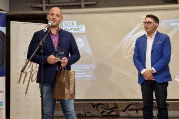 Калоян Константинов получи награда си от Борислав Велков, председател на Съвета на директорите на НДК. Снимка: Булфото